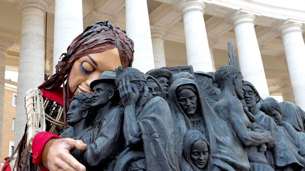 3,5 метровая кукла-марионетка Little Amal в образе сирийской девочки в Ватикане - Sputnik Italia