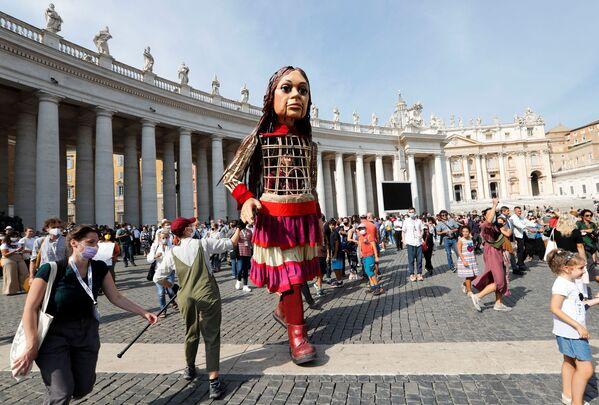 La piccola Amal è un burattino alto 3,5 metri che raffigura una giovane rifugiata siriana di circa 9 anni. La marionetta è il simbolo di tutti i bambini profughi, molti dei quali separati dai loro genitori. - Sputnik Italia