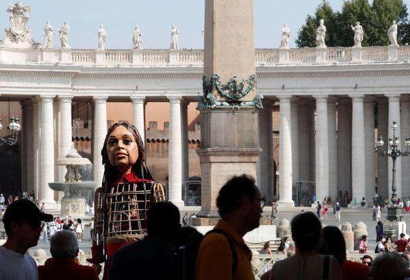 """""""Amal ci ricorda i bisogni speciali dei giovani migranti, soprattutto quelli che come lei viaggiano senza famiglia"""", ha dichiarato ad Avvenire il cardinale Czerny. Il sacerdote ha sottolineato che il festival The Walk - Il Cammino, è importante non solo dal punto di vista geopolitico, ma anche di quello umano. Amal """"esprime un bisogno di tutti, quello di essere accolti"""", ha affermato il cardinale.  - Sputnik Italia"""