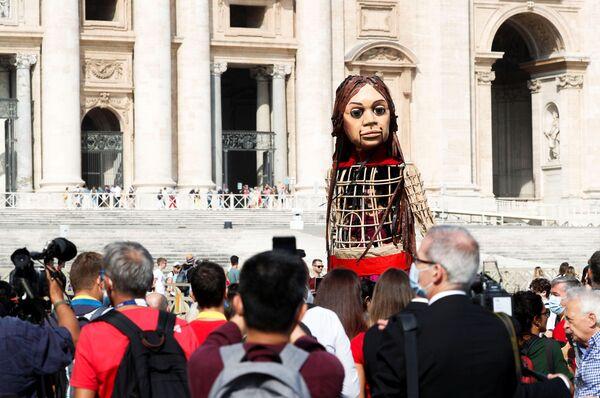 Nell'ambito del festival la marionetta gigante compirà un viaggio simbolico di 8.000 chilometri dalla città turca di Gaziantep, vicino al confine turco-siriano, fino a Manchester. L'idea del progetto è quella di attirare l'attenzione pubblica ai problemi dei rifugiati, trascurati durante il periodo della pandemia.  - Sputnik Italia