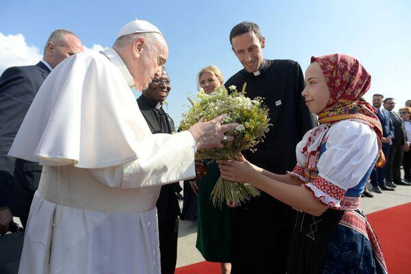 L'aereo del Pontefice è atterrato all'aeroporto internazionale di Bratislava, dove Francesco è stato accolto dalla presidente della Repubblica Zuzana Čaputová. - Sputnik Italia