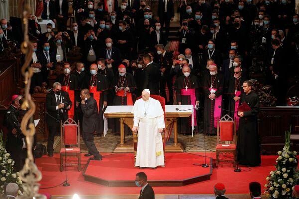 La mattinata si è chiusa nella Cattedrale di San Martino, dove il Papa ha incontrato i vescovi, i sacerdoti, i religiosi, le religiose, i seminaristi e i catechisti. - Sputnik Italia