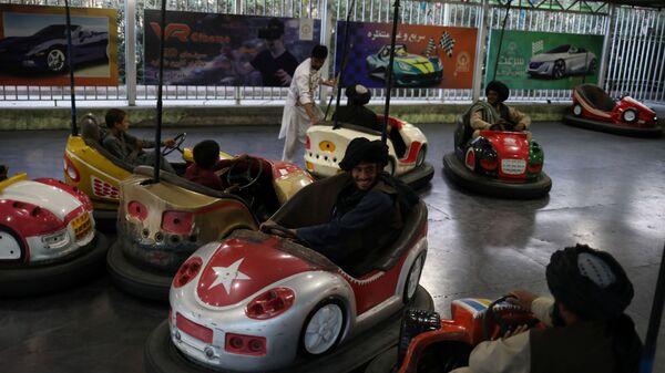 Бойцы Талибана* катаются на бамперных машинках в парке развлечений в Кабуле - Sputnik Italia