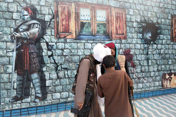 I talebani sono andati sulle varie giostre, insieme anche a donne a volto scoperto. - Sputnik Italia