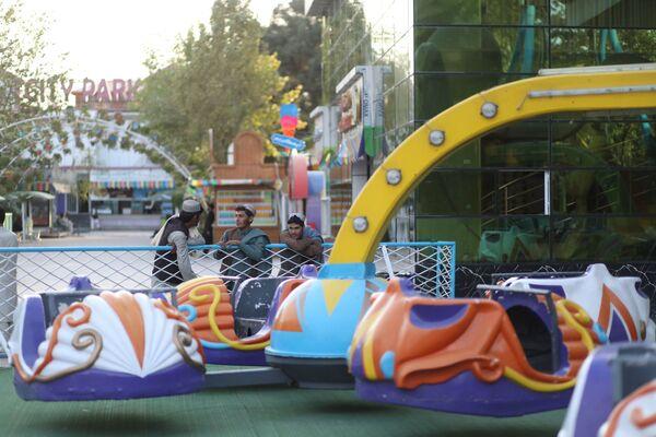 Alcuni giornalisti hanno diffuso foto e video che mostrano i talebani festeggiare la vittoria rilassandosi al parco di divertimenti di Kabul. - Sputnik Italia