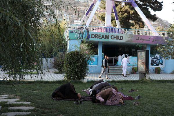 Prima, i sostenitori dei talebani hanno sfilato nella città orientale di Khost, inscenando falsi funerali, nei quali portavano bare drappeggiate con bandiere americane, francesi, britanniche e della NATO. Il finto funerale è stato messo in scena nel giorno che ha segnato la fine di una guerra durata 20 anni, nel quale è stato completato il ritiro delle truppe americane e dei suoi alleati NATO. - Sputnik Italia