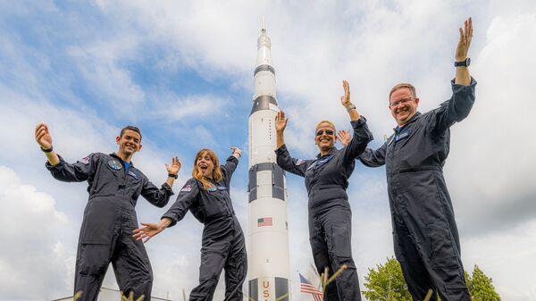 Экипаж Inspiration4, состоящий из Криса Семброски, Сиан Проктор, Джареда Исаакмана и Хейли Арсено - Sputnik Italia