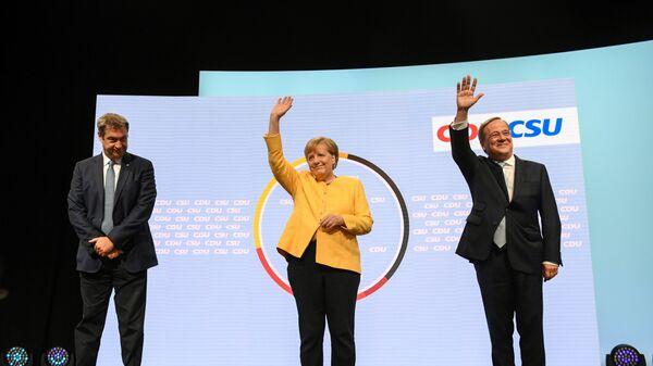Глава партии ХСС Маркус Зёдер, канцлер Германии Ангела Меркель, и кандидат на место канцлера от партии ХДС / ХСС Армин Лашет выступают вместе в Берлине, Германия - Sputnik Italia
