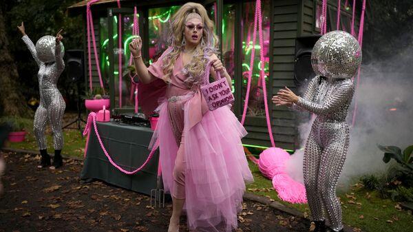 Королева-садовница Дейзи танцует рядом с артистами на Цветочном шоу Челси в Лондоне - Sputnik Italia