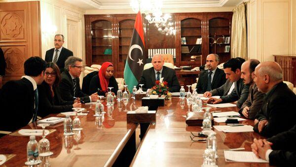 Bernardino Leon (3rd L), U.N. special envoy for Libya, attends a meeting with members of the Libyan General National Congress in Tripoli March 2, 2015 - Sputnik Italia