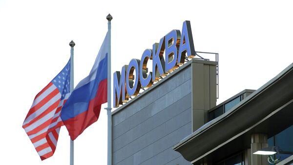 Le bandiere di USA e Russia all'aeroporto Vnukovo di Mosca - Sputnik Italia