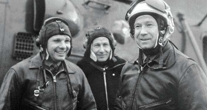 Jurij Gagarin (a sinistra) e Alexei Leonov (a destra) sul campo d'aviazione dopo una sessione di allenamento.