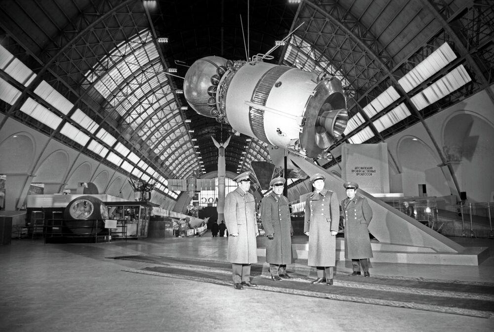 I cosmonautici sovietici nel padiglione Cosmos del VDNH