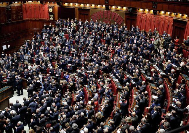 I parlamentari italiani salutano l'elezione del presidente Sergio Mattarella