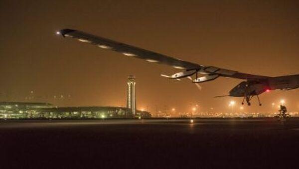 L'aereoplano ad energia solare Solar Impuls 2 durante l'atterraggio a Muscat, Emirati Arabi Uniti - Sputnik Italia