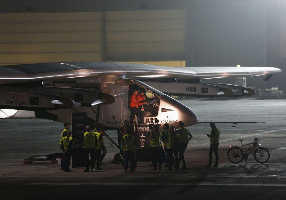 L'aereo solare Solar Impulse 2 prima del decollo ad Abu Dhabi