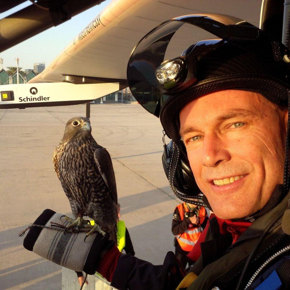 Bertrand Piccard ad Abu Dhabi, prima della partenza per il volo intorno al mondo