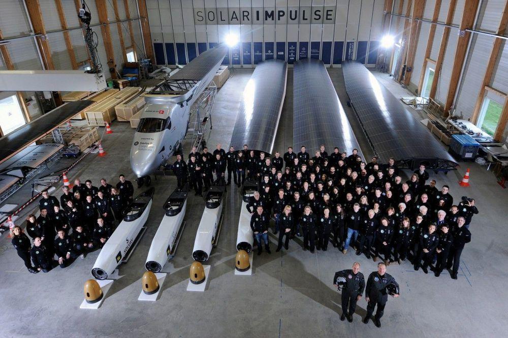 L'equipaggio ed il personale tecnico di Solar Impulse 2 prima dell'inizio del volo intorno al mondo