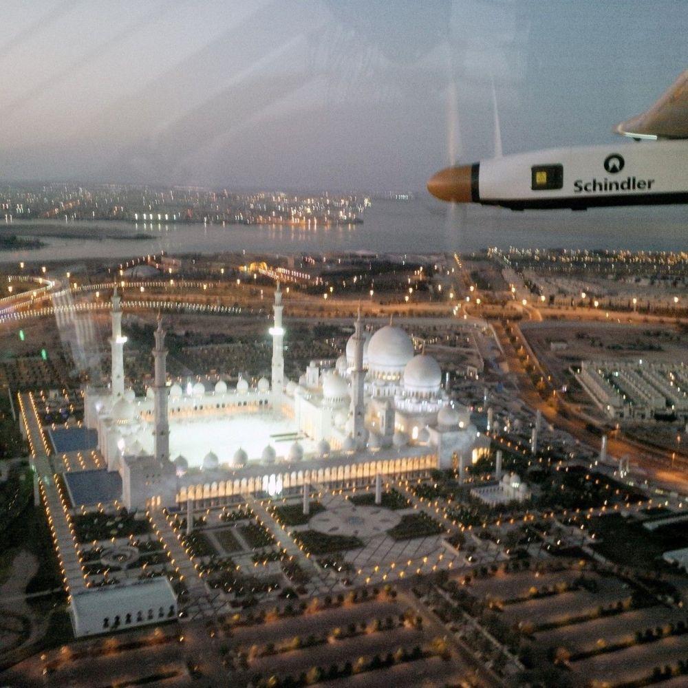 Il volo test di Bertrand Piccard sull'aereo Solar Impulse 2 sopra Abu Dhabi