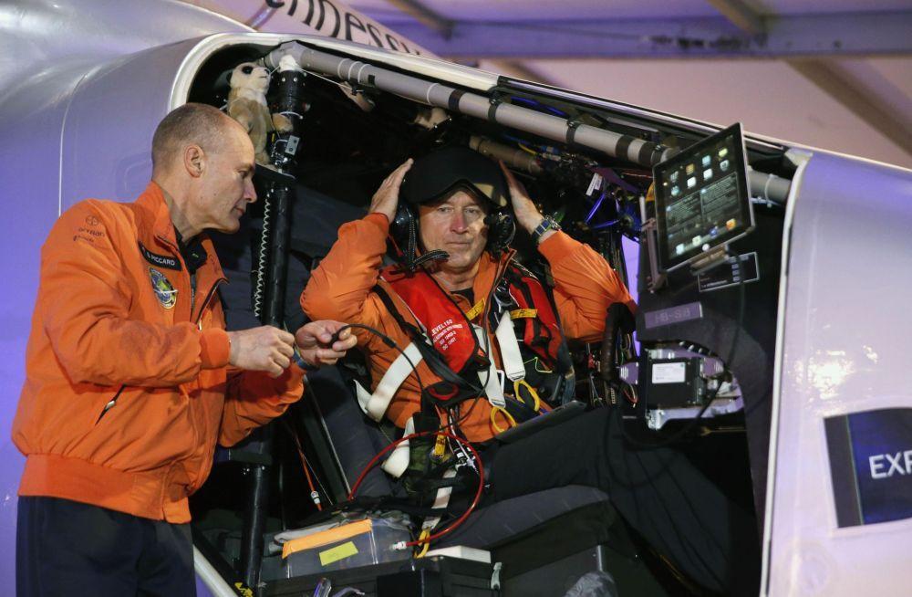 I piloti di Solar Impulse 2, Andre Borschberg (R) ed il suo compatriota Bertrand Piccard