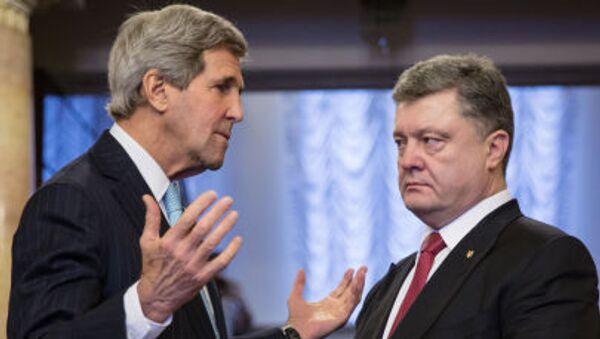 Джон Керри и Петр Порошенко во время встречи в Киеве - Sputnik Italia