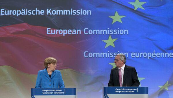 La Canceliera tedesca Angela Merkel e il Presidente di Comissione Europea Jean-Claude Juncker - Sputnik Italia