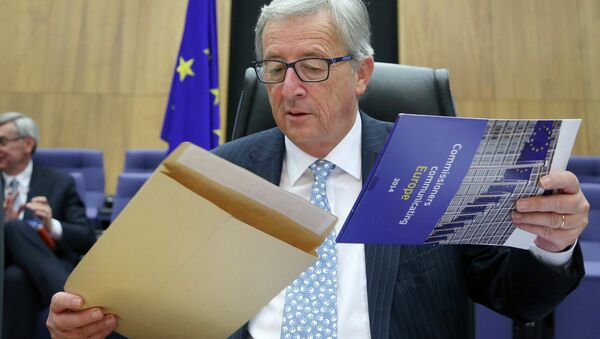 The European Commission's new President Jean-Claude Juncker opens an envelope as he chairs the first official meeting of the EU's executive body at the EU Commission headquarters in Brussels November 5, 2014 - Sputnik Italia