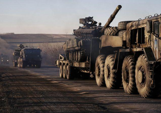 Il ritiro delle truppe ucraine dalla linea di separazione in Donbass