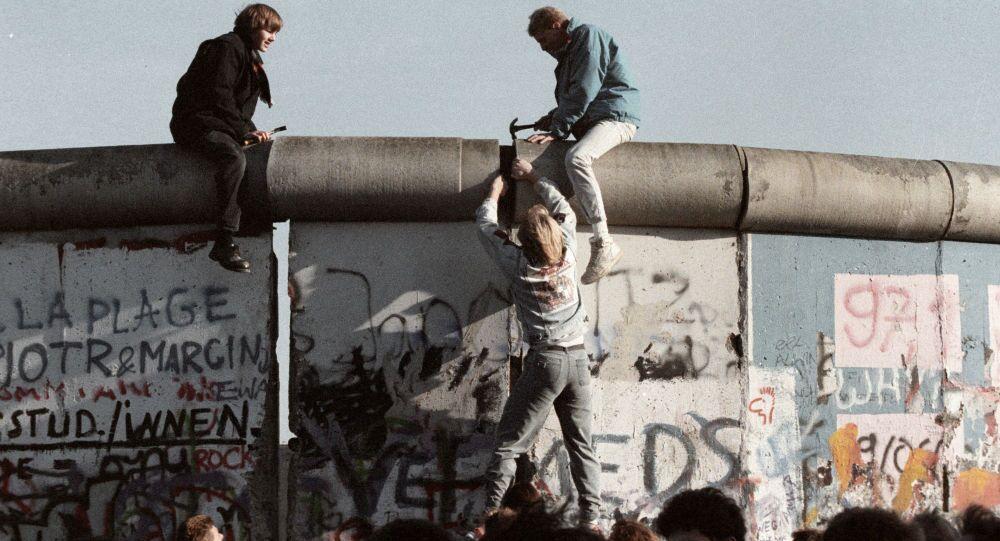 Abitanti della Ddr rompono il muro di Berlino