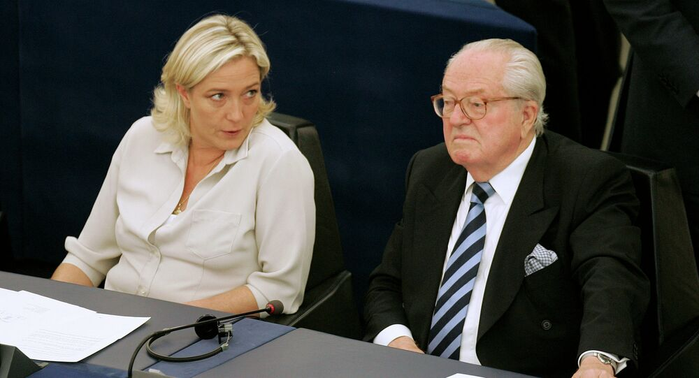 Jean-Marie Le Pen con la sua figlia Marine Le Pen al Parlamento europeo a Strasburgo