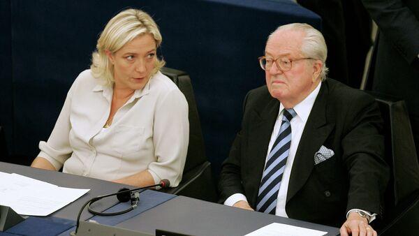 Jean-Marie Le Pen con la sua figlia Marine Le Pen al Parlamento europeo a Strasburgo - Sputnik Italia