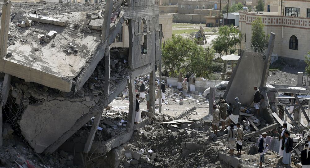 Rovine dopo raid coalizione saudita in Yemen