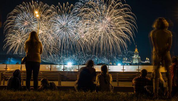 Lo show dei Fuochi d'Artificio alla Collina dei Passeri nel quadro del Festival internazionale dei Fuochi d'Artificio a Mosca. - Sputnik Italia