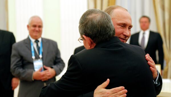 Russian President Vladimir Putin and Cuban President Raul Castro, right, embrace each other during their meeting in the Kremlin in Moscow, Thursday, May 7, 2015. - Sputnik Italia