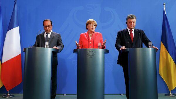 Francois Hollande, Angela Merkel e Petr Poroshenko - Sputnik Italia