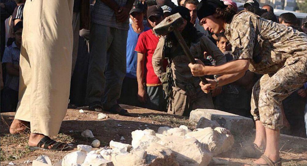 Combattente di ISIS distrugge monumento a Palmira (foto d'archivio)