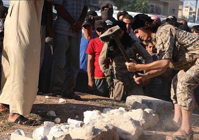 Un combattente del Daesh distrugge una statua storica di fronte a una folla, Palmira
