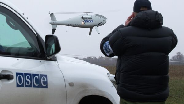 A member of the Organization for Security and Co-operation in Europe (OSCE) mission to Ukraine watches a drone take off during a test flight - Sputnik Italia