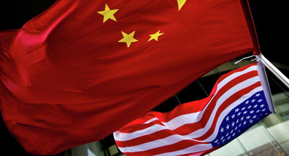 Bandiere degli USA e Cina