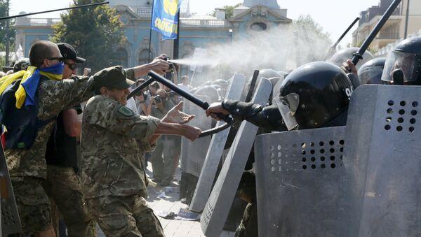 I dimostranti contro la polizia accanto al Parlamento ucraino - Sputnik Italia