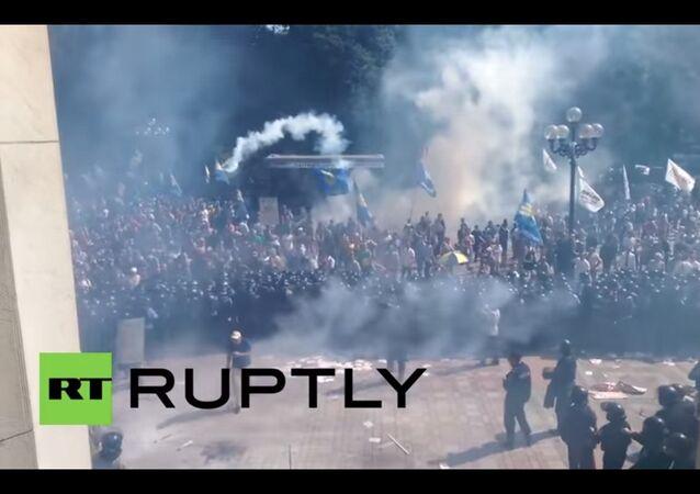 Esplosione davanti Parlamento ucraino durante scontri tra dimostranti e polizia