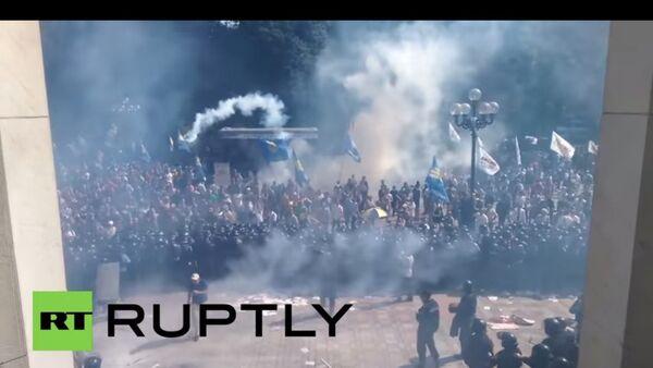Esplosione davanti Parlamento ucraino durante scontri tra dimostranti e polizia - Sputnik Italia