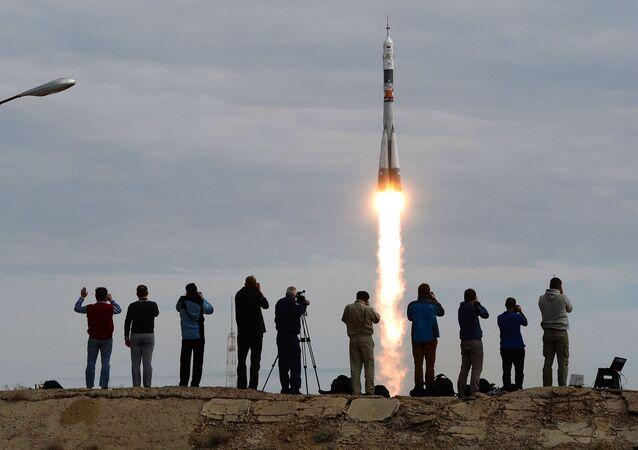 Il lancio della Soyuz TMA-18M con l'equippaggio della spedizione 45/46 dal cosmodromo di Bajkonur.