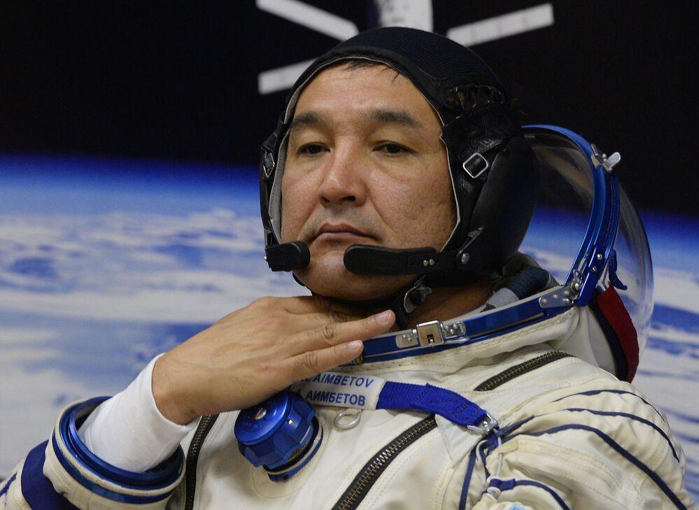L'astronauta kazako Aydyn Aimbetov prima del lancio del Soyuz TMA-18M dal cosmodromo di Bajkonur.
