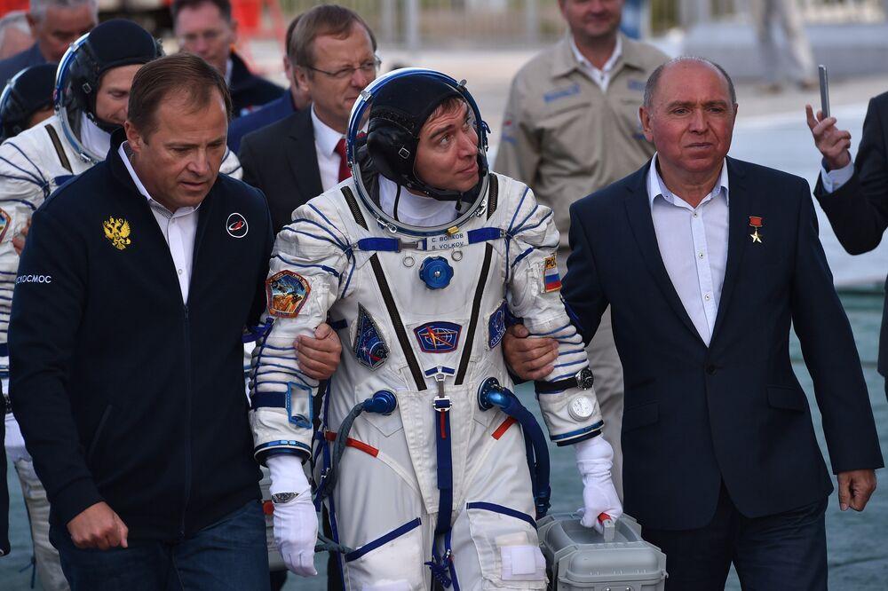Il cosmonauta russo Sergei Volkov prima del lancio del Soyuz TMA-18M dal cosmodromo di Bajkonur.