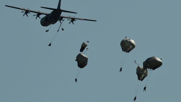 Paracadutisti durante esercitazioni NATO Swift Response in Romania - Sputnik Italia
