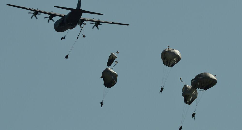 Paracadutisti durante esercitazioni NATO Swift Response in Romania