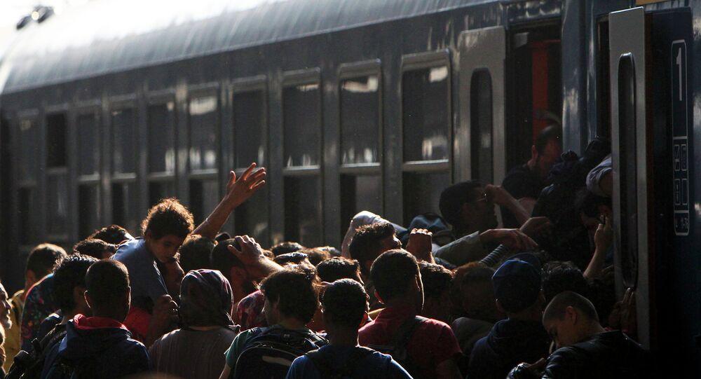 Migranti in Ungheria cercano di salire sul treno