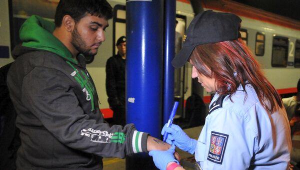 Un agente di polizia ceco marchia un migrante - Sputnik Italia