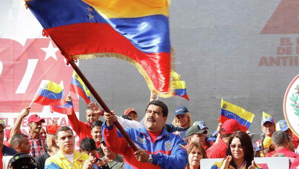Nicolas Maduro, presidente del Venezuela, sventola una bandiera del suo paese - Sputnik Italia